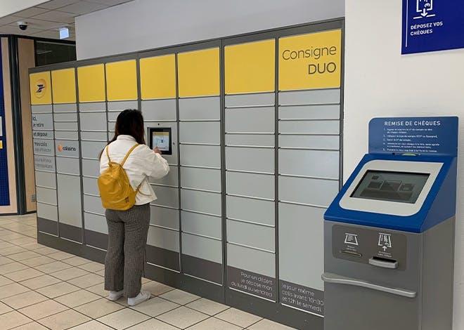 La Poste de Rennes Saint-Cyr propose à ses clients la nouvelle consigne DUO. Un dispositif permettant de gérer les dépôts et retraits de colis en totale autonomie.