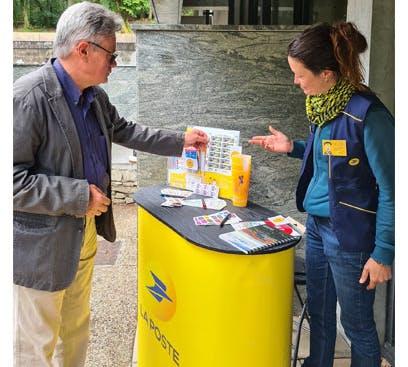 Bertrane Fougère, factrice itinérante pour une partie de l'été apprécie son nouveau rôle sur les sites touristiques