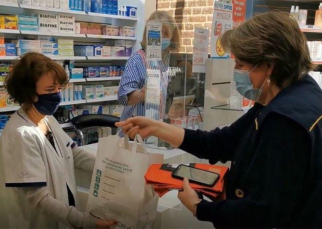 Depuis 2018, La Poste permet aux patients de se faire livrer leurs médicaments à domicile par le facteur.