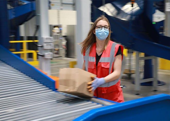 La Poste soutient les e-commerçants en assurant la remise de colis 6 jours sur 7 grâce à son réseau de facteurs, ses bureaux de poste et points d'accès.