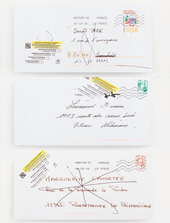 Photo de trois enveloppes avec des adresses fictives.