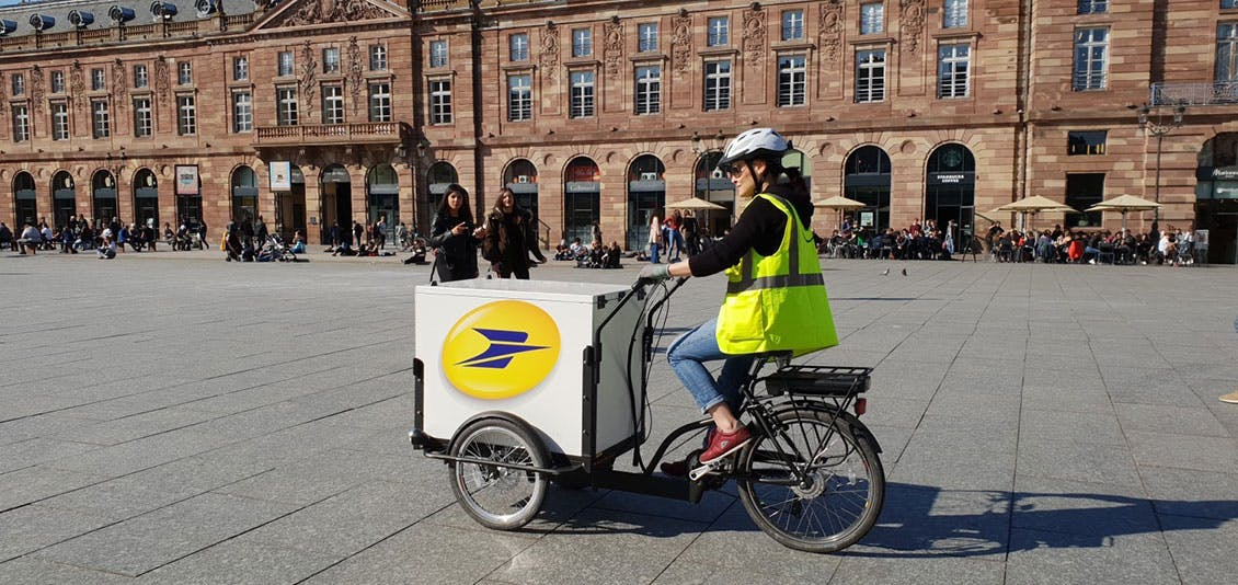 Photo d'un triporteur de La Poste dans les rues du vieux Strasbourg.