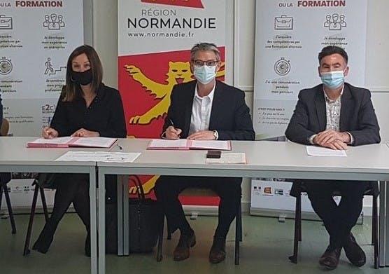 Florence Pavageau, déléguée régionale du Groupe La Poste, Rodolphe Thomas, président de l'E2C et Christian Letourneur, délégué du groupe La Poste pour le département du Calvados lors de la signature du partenariat