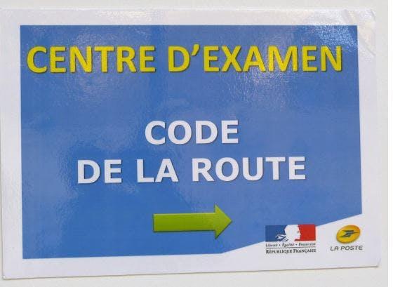 Panneau vers le centre d'examen dans le site de La Gacilly de La poste à Quimper