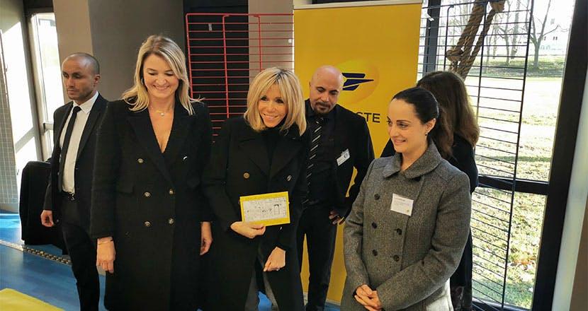 Les représentants de La Poste ont accueilli Brigitte Macron sur le stand