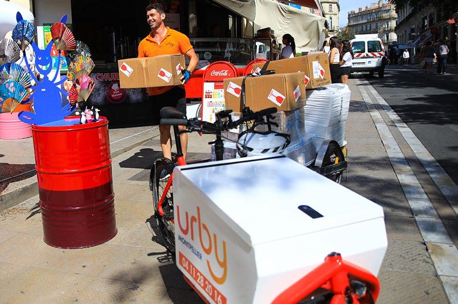 Les livraisons des transporteurs Urby sont intégralement effectuées par des véhicules à faible émission (électriques ou roulant au gaz naturel pour véhicule) ou à vélo.