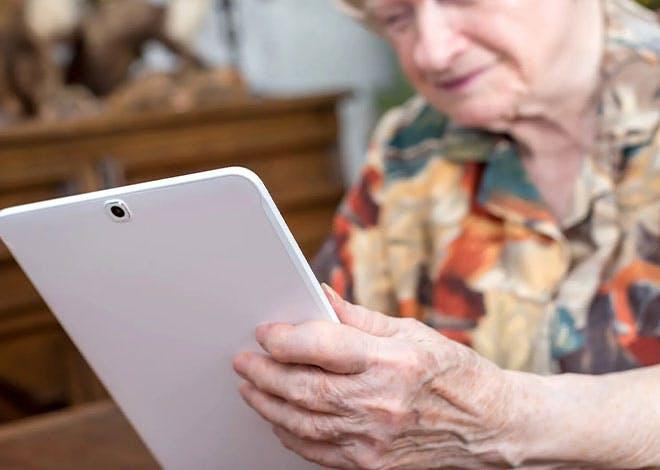 L'association Culturelle Rugloise organise pour les seniors des ateliers d'initiation au maniement d'une tablette tactile de La Poste.