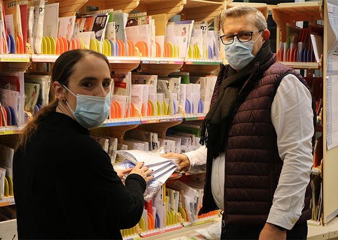 La Poste coordonne une distribution de masques auprès de personnes précaires