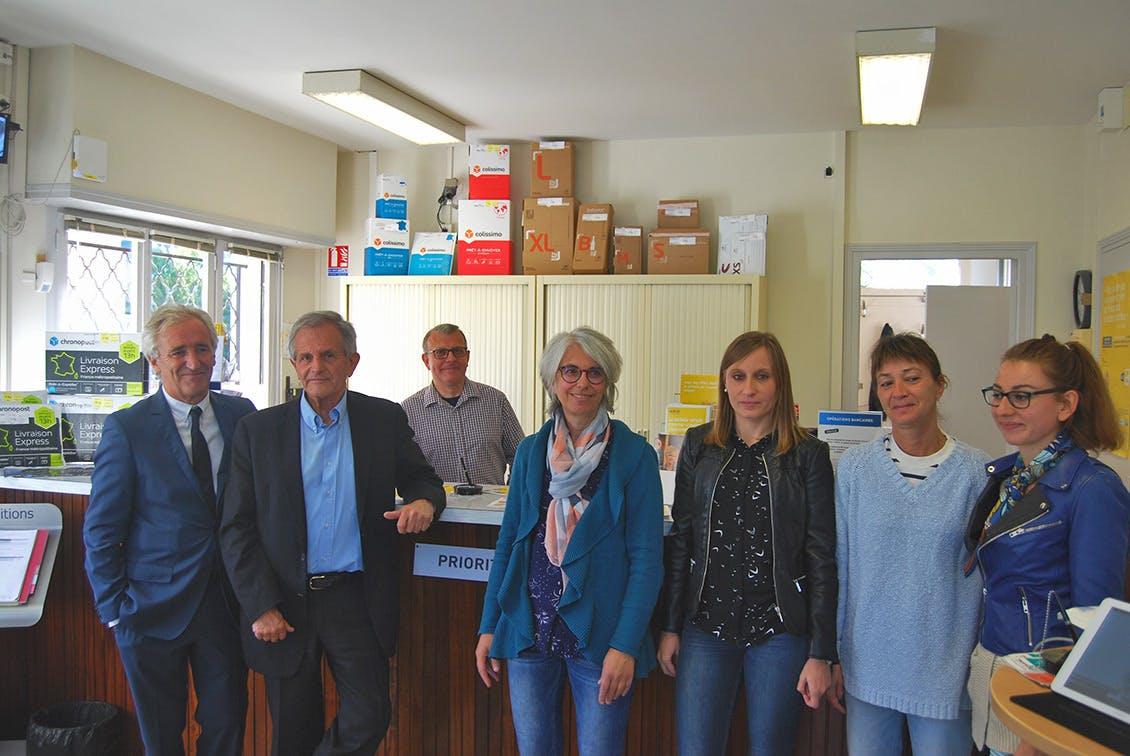 Les élus, le personnel de la mairie et de La Poste.