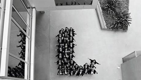 Mitarbeiter der Leitwerk Consulting München formieren sich zu dem Buchstaben L