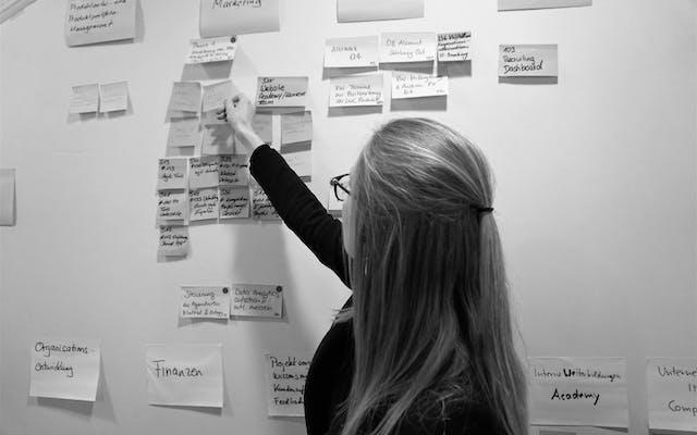 Leitwerk Beraterin arbeitet an einem Whiteboard