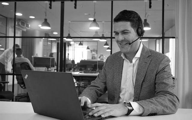 Mann absolviert online Schulung am Laptop