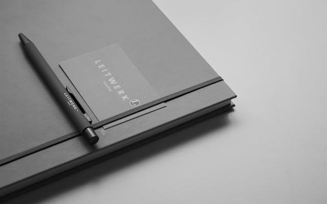 Leitwerk Consulting Notizbuch, Stift und Visitenkarte