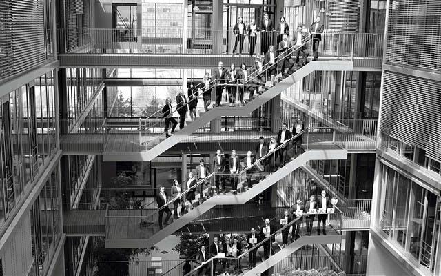 Mitarbeiter der Leitwerk Consulting München stehen auf den Treppen im Münchner Technologie Zentrum MTZ