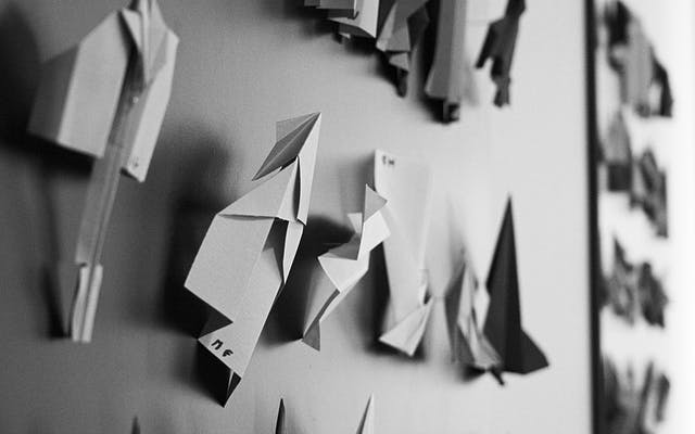 Papierflieger an der Wand