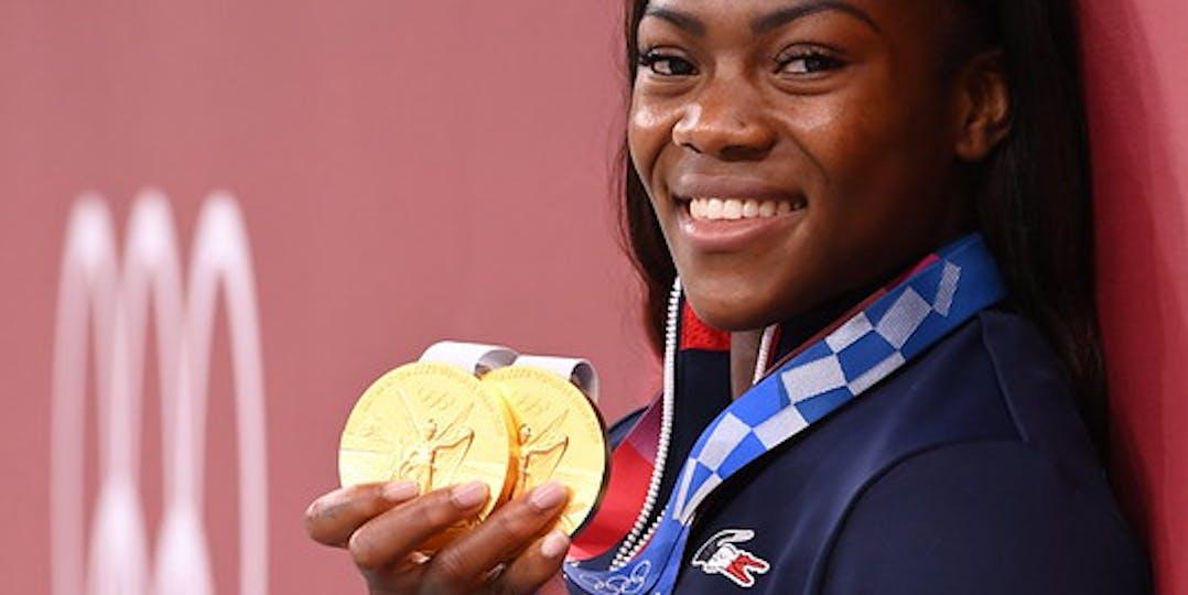 L'adjudante Clarisse Agbégnénou pose fièrement avec ses deux médailles d'or (crédit photo : CNOSF/KMSP)