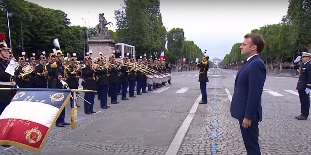 Le premier régiment d'infanterie de la Garde républicaine rend les honneurs au président de la République (Crédit photo: Le Parisien /YouTube).