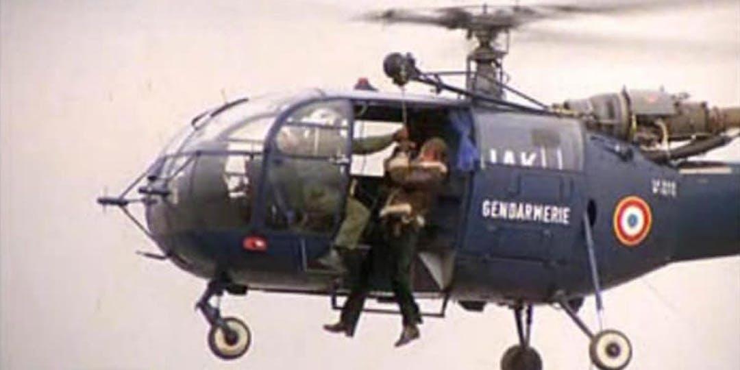 """L'acteur Jean-Paul Belmondo hélitreuillé depuis un hélicoptère Alouette de la Gendarmerie, dans le film """"Peur sur la ville"""", sorti en 1975. (Archives DR)"""