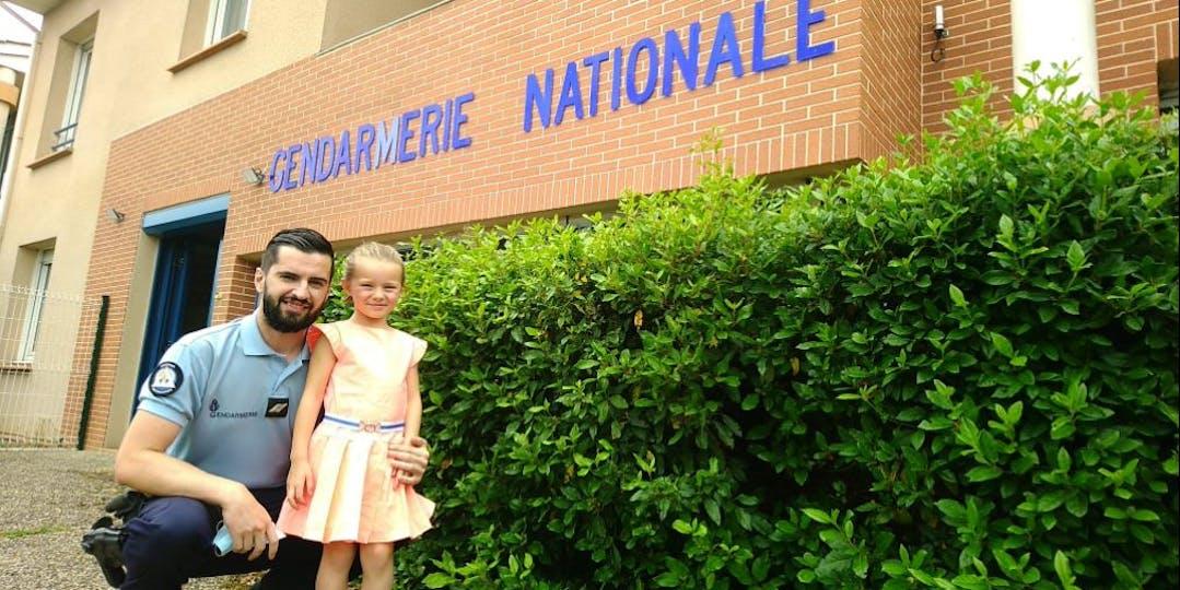 """La fillette a rendu visite à son """"sauveur"""" (Photo: Facebook/Gendarmerie du Lot-et-Garonne)."""