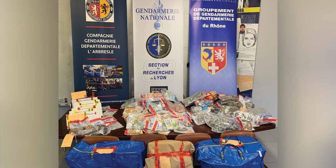 L'enquête a permis la saisie d'une grande quantité de produits stupéfiants, d'une importante somme d'argent, de biens immobiliers et d'armes. (Photo: Gendarmerie)