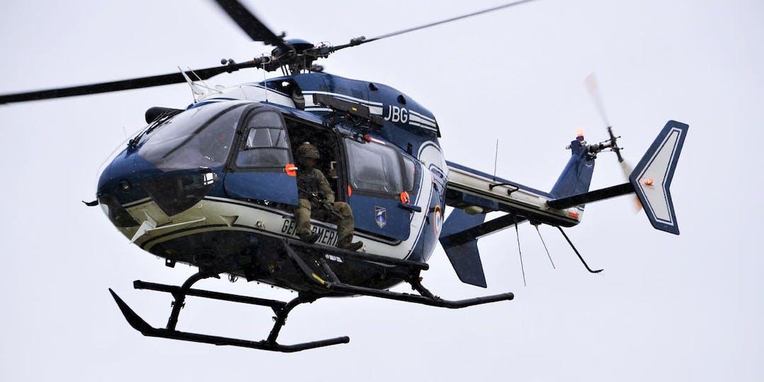 Un gendarme du GIGN assure la couverture d'un convoi depuis les airs à bord d'un hélicoptère des forces aériennes de la Gendarmerie. (Photo: L.Picard/L'Essor)