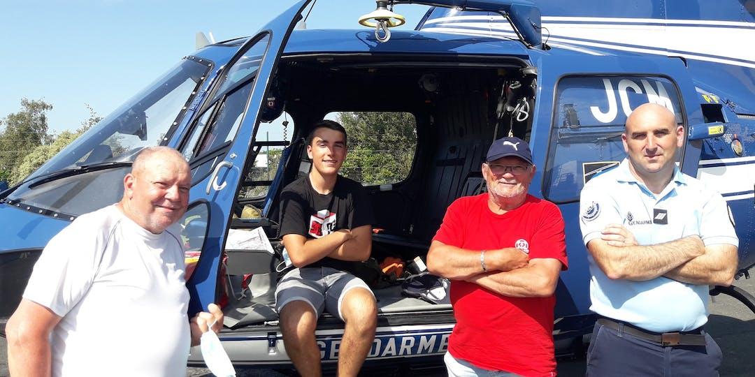 Les trois rescapés ont tenu à saluer les gendarmes du détachement aérien de Lannion (crédit photo : Facebook Gendarmerie des Côtes-d'Armor)