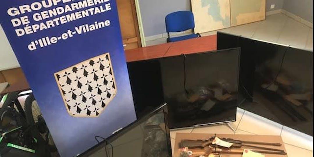 De la drogue, de l'argent, des armes et des véhicules ont été saisis lors des perquisitions (Photo: Gendarmerie d'Ille-et-Vilaine/Facebook).