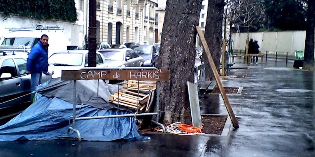 Manifestation de harkis devant l'Assemblée nationale à Paris (Photo: Flickr).