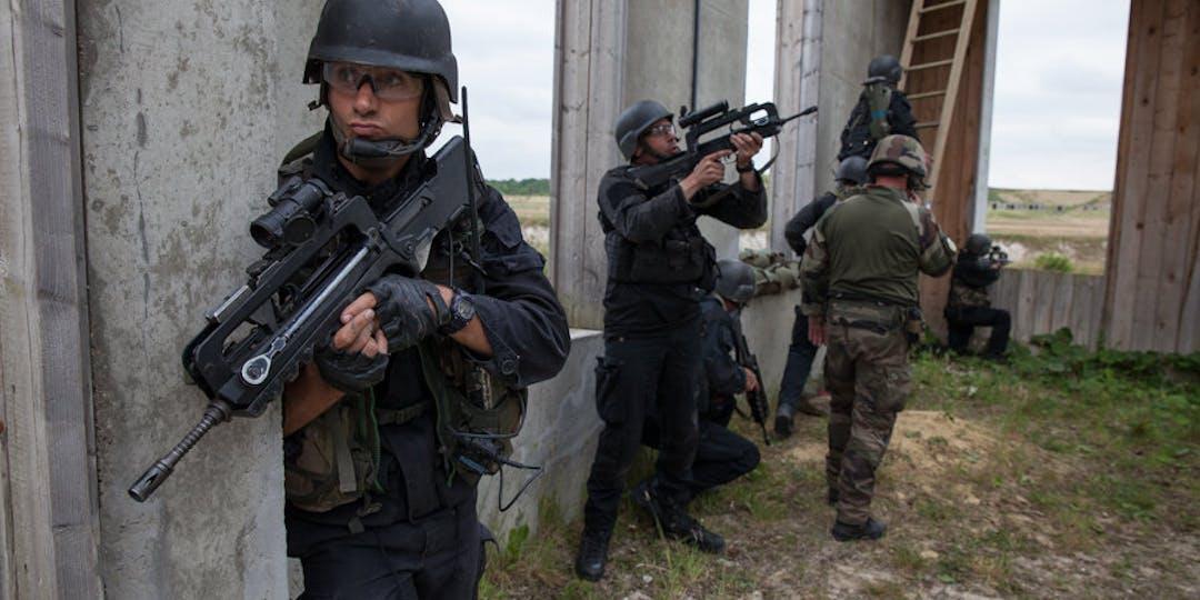 Des soldats à l'entraînement au Centre d'entraînement aux actions en zone urbaine (CENZUB). Crédit photo: Ministère des Armées.