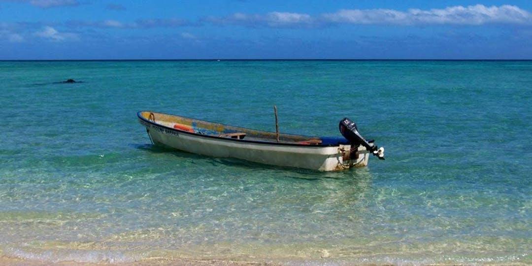 """Un """"kwassa kwassa"""", embarcation typique utilisée par les passeurs de clandestins et de stupéfiants pour rejoindre Mayotte. (Illustration - Ikissai/WikimediaCommons)"""