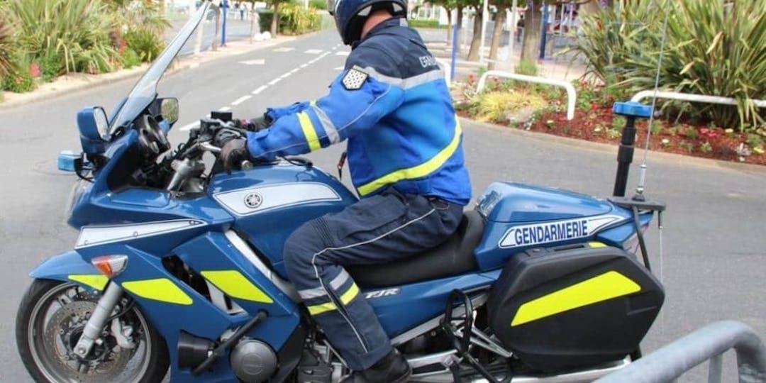 Un motocycliste de la gendarmerie de Grimaud, dans le Var, a été percuté et renversé par un scooter qui a pris la fuite (crédit photo : L'Essor)