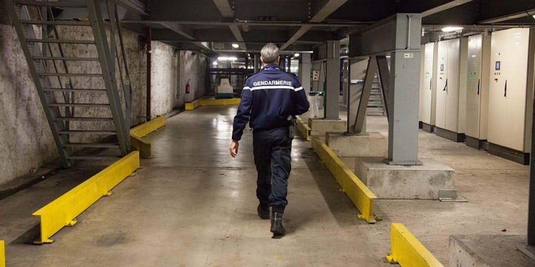 Un gendarme de la gendarmerie des transports aériens dans les sous-sols de l'aéroport de Roissy.