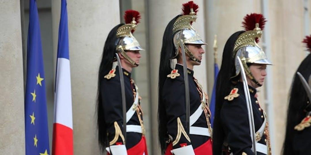 Des gardes républicaines assurant la sécurité et les missions d'honneurs au Palais de l'Elysée.