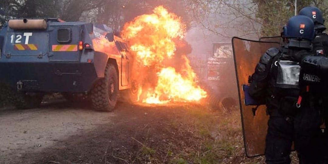 Les gendarmes font face à une violence qui va crescendo comme ici, lors des opérations d'évacuation à Notre-Dame-des-Landes (Photo: Gendarmerie nationale)
