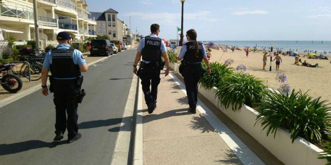 Des policiers allemands longent une plage à La Rochelle (Photo: Twitter/Gendarmerie de la Charente-Maritime)