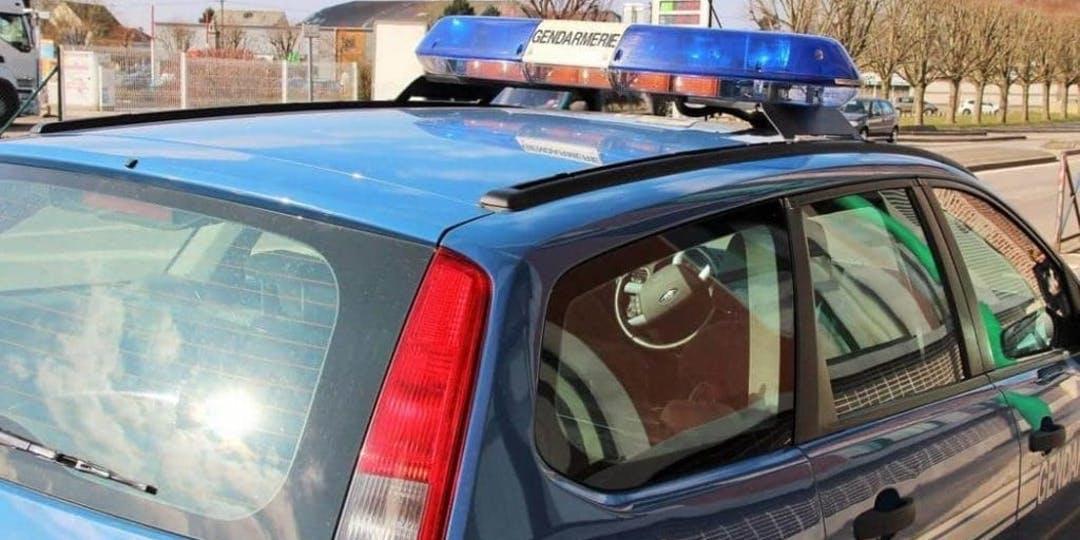 Les véhicules de la gendarmerie ont eu des vitres brisées (crédit photo : L'Essor)