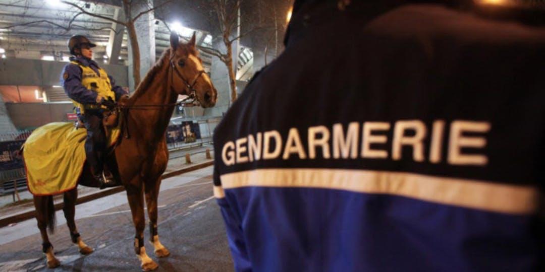 Des gendarmes de la Garde républicaine assurent la sécurité aux abords du Stade de France. (Illustration - DMendiboure/GR)
