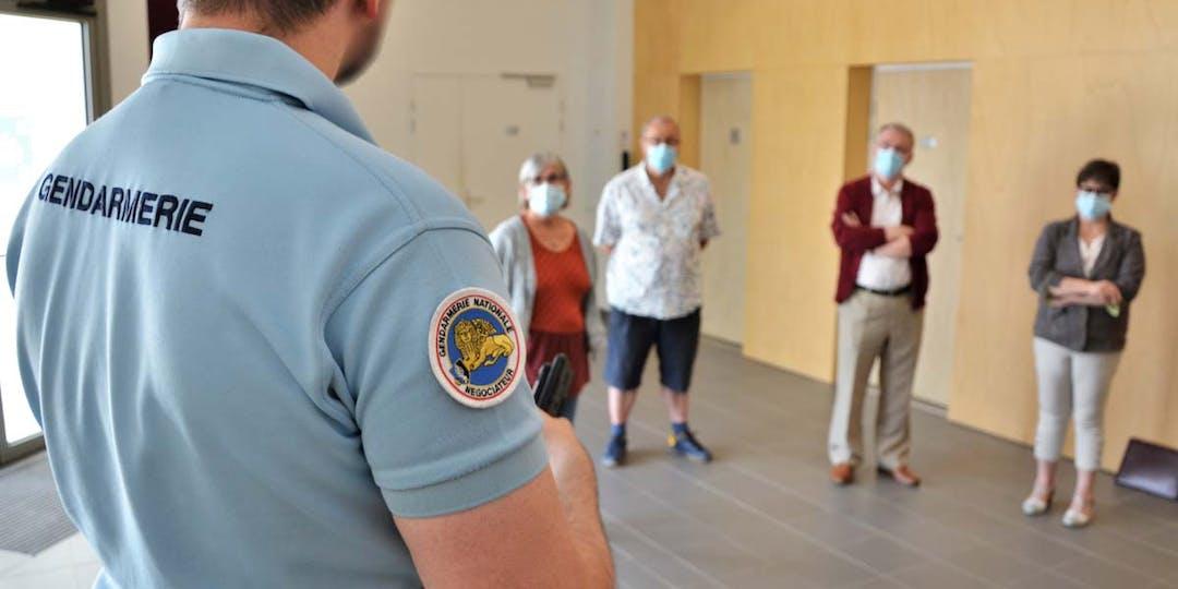 Un gendarme négociateur régional, explique à des élus du Loiret les clés de la gestion pacifique des incivilités. (Photo: LP/L'Essor)