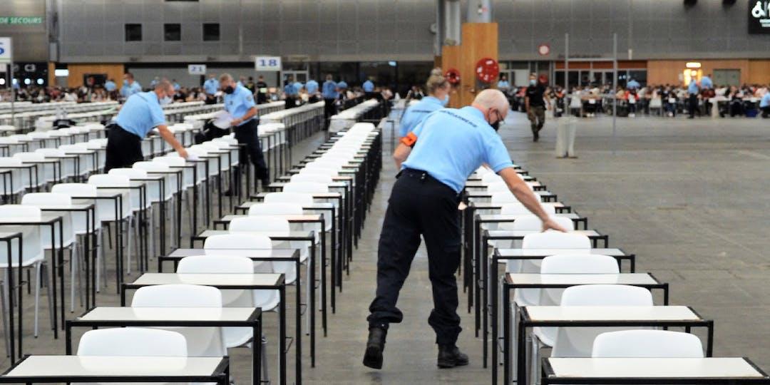 Des gendarmes préparent la salle d'examen lors du concours de sous-officier de Gendarmerie, à Villepinte, en septembre 2020.