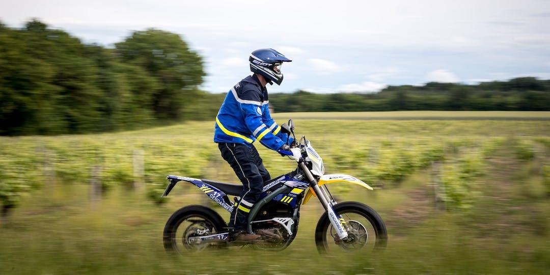 Dans le Cher, certains gendarmes roulent avec des motos tout terrain électriques. (Photo: Gendarmerie nationale)