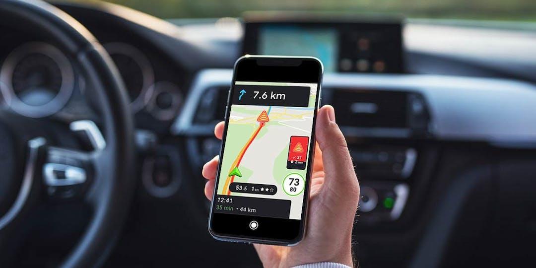Avant même son entrée en vigueur, l'interdiction du signalement des contrôles routiers sur les outils d'aide à la conduite pourrait être remise en cause. (Montage d'illustration / L'Essor)