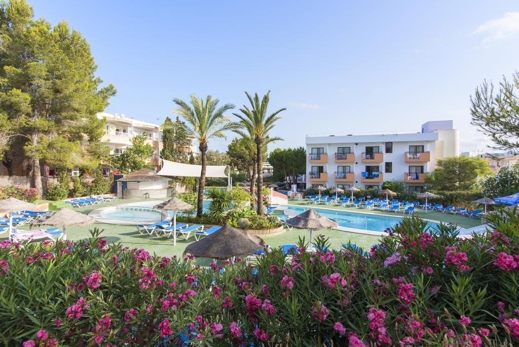 AzuLine Mar Amantis garden and pool