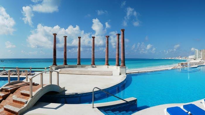 Krystal Cancún Pool and ocean