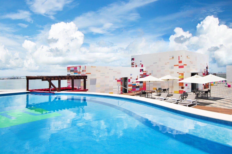 Aloft Cancún pool