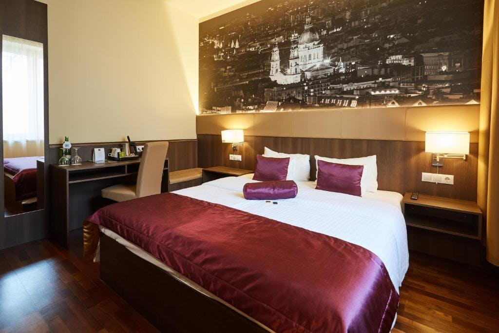 12 Revay Hotel bedroom