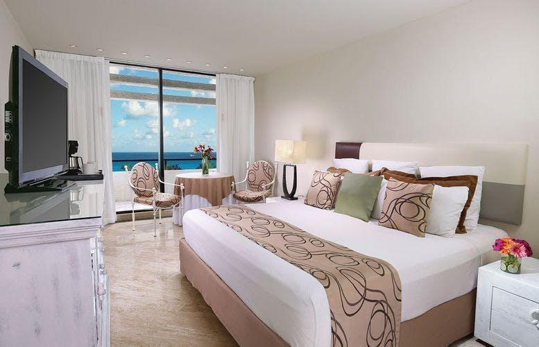 Grand Oasis bedroom