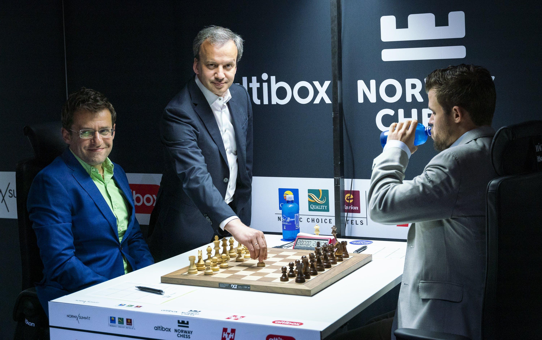FIDE President Arkady Dvorkovich making the ceremonial first move.