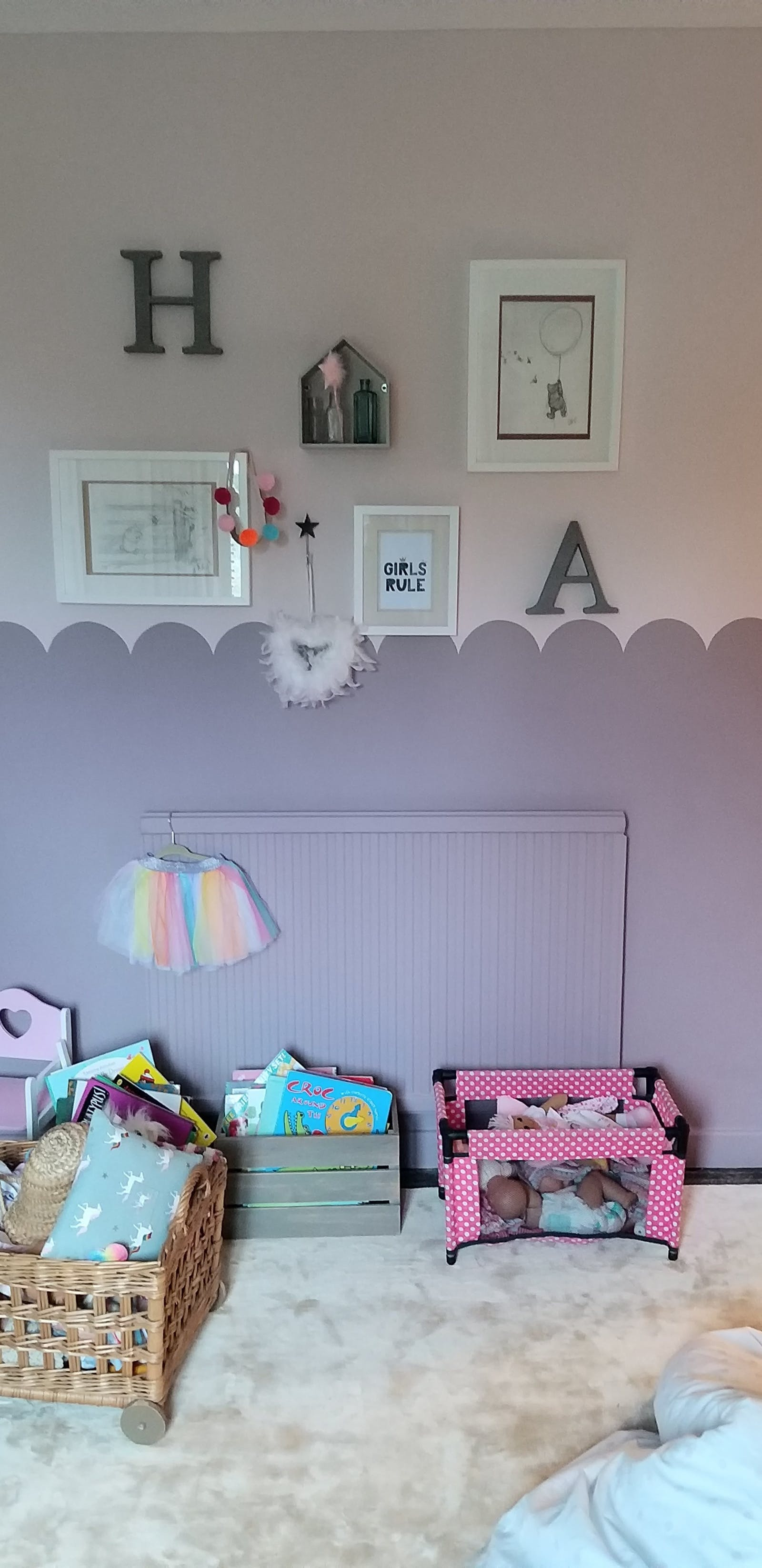 Kid's bedroom with Lick Purple 01 on radiator with scallop effect and radiator