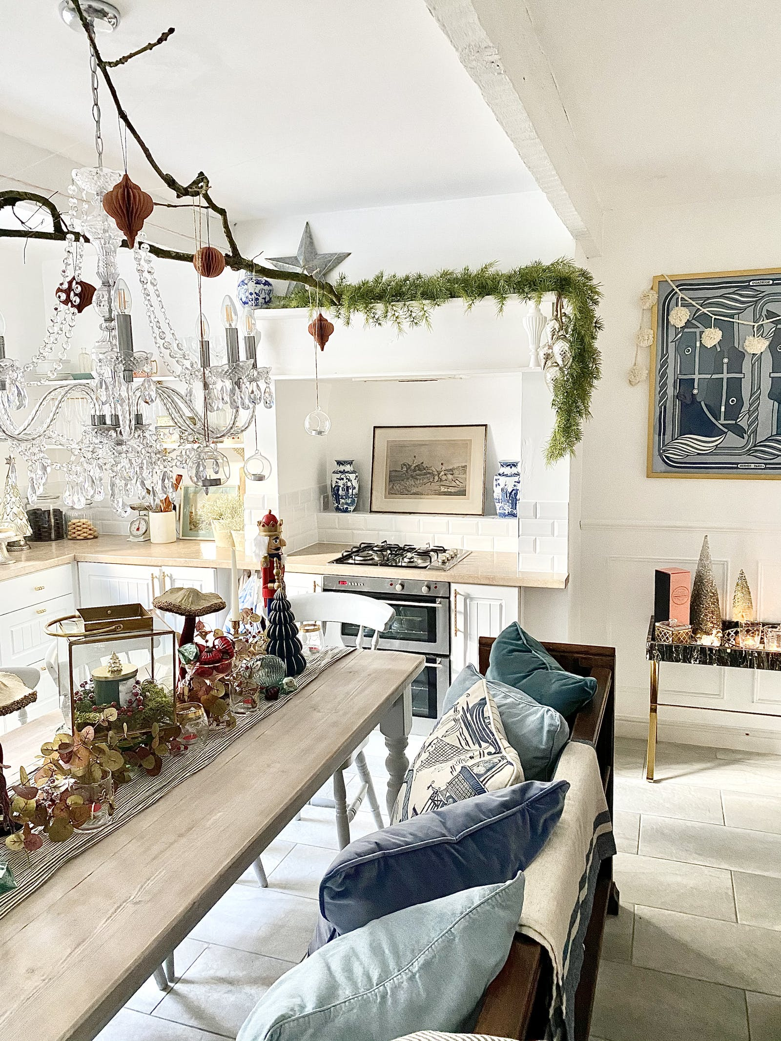 White kitchen decorated in Christmas decorations
