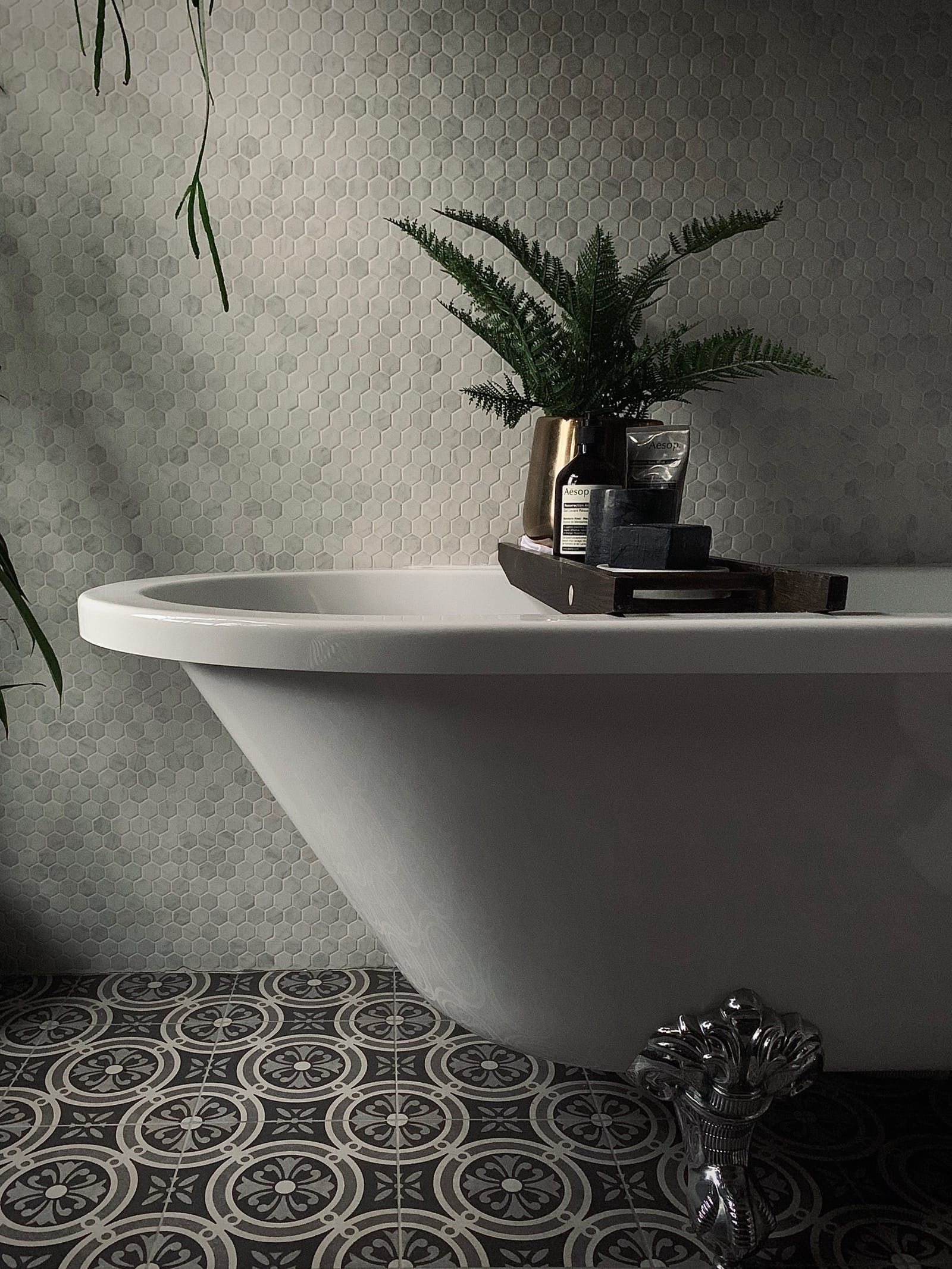 Bathtub in a tiled bathroom with some details